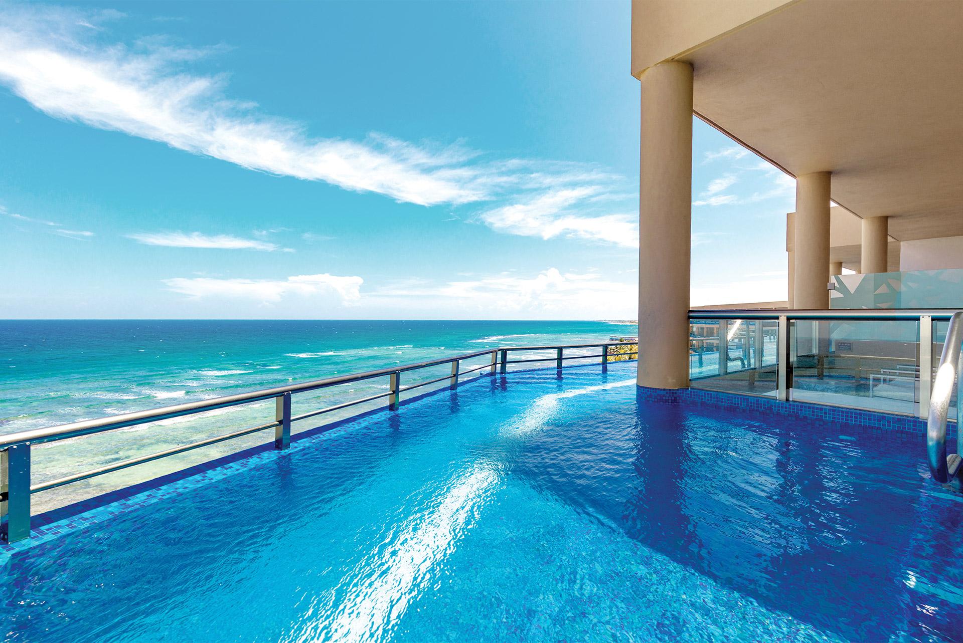 La piscine à étage du El Dorado Seaside Suites