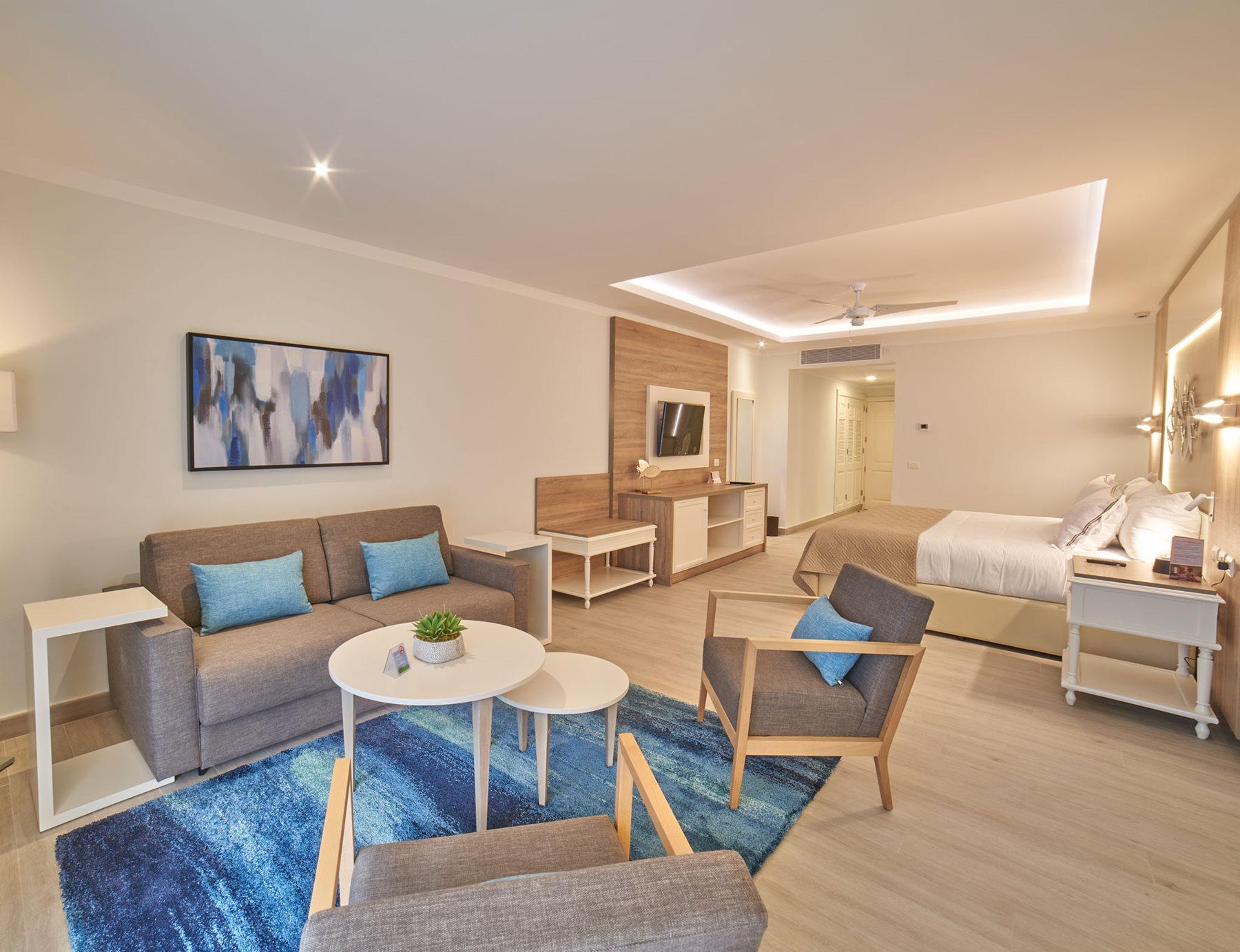 PUJ-Luxury-Bahia-Principe-Ambar-Blue-Room-Junior-Suite-Swim-Up-001